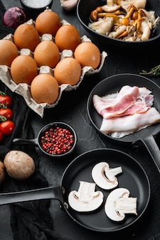 Ingredienti sani per la colazione per set di uova fritte, su sfondo nero