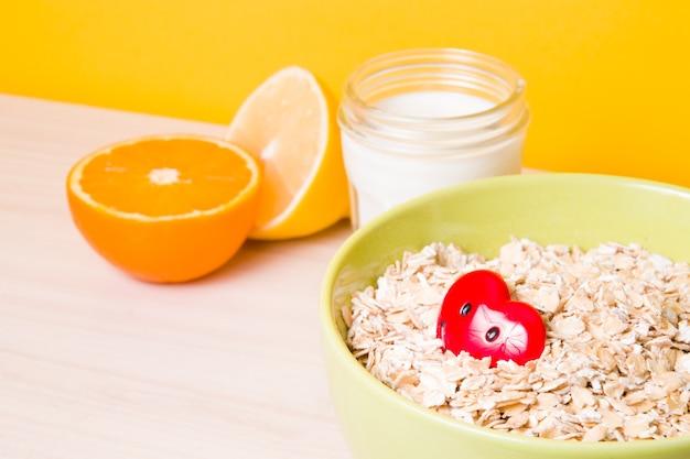 Una sana colazione a base di latte di farina d'avena e frutta