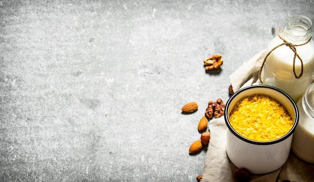Colazione salutare. cereale di riso con noci e latte.