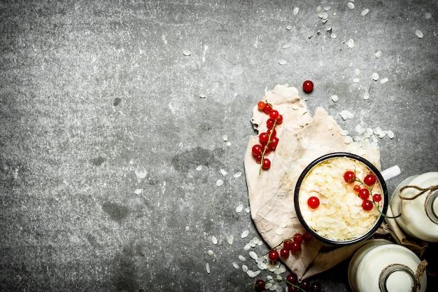 Colazione salutare. fiocchi di riso con frutti di bosco e latte.