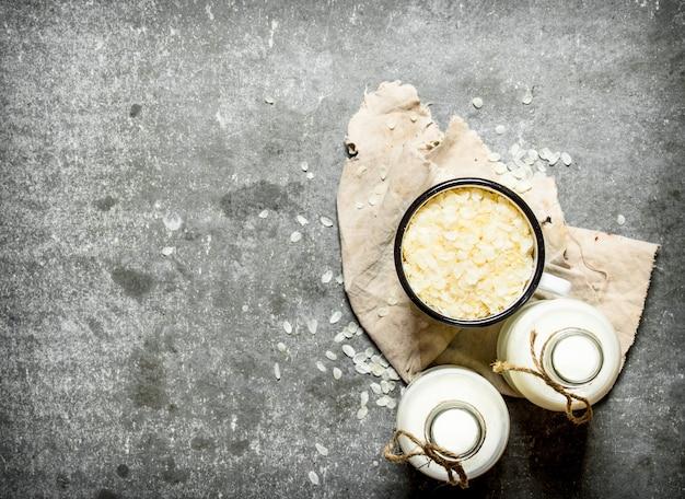 Colazione salutare. fiocchi di riso con latte