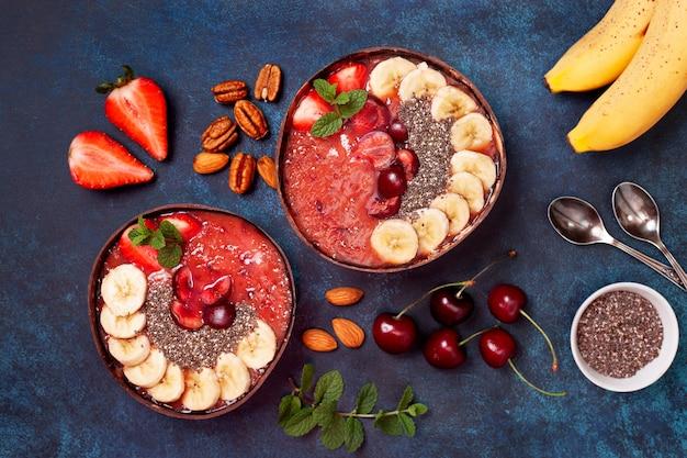 Disposizione piana sana della ciotola del frullato della prima colazione