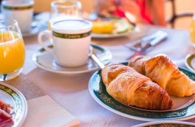 Prima colazione sana sul primo piano della tavola nella località di soggiorno del ristorante