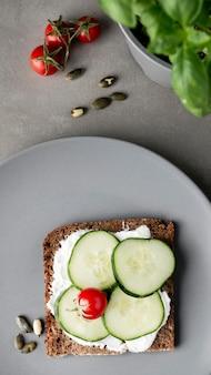 Pane tostato sano della colazione con le fette di cetriolo