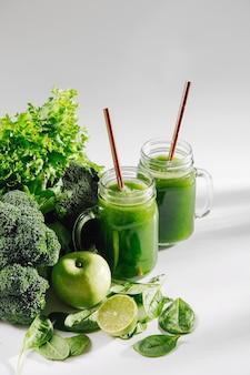 Prima colazione sana con frullato verde. detox e concetto di dieta. cibo vegetariano.