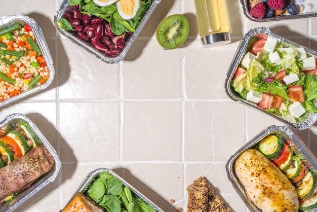 Menu di ristorazione sano, scatole per il pranzo con consegna di cibo tramite corriere. carne di manzo, filetto di pollo, pesce e verdure in confezioni. consegna del piano dietetico giornaliero, contenitori da asporto, concetto di ordine online