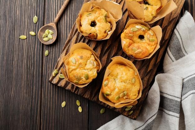 Muffin al formaggio sani con polenta, pomodorini e semi di zucca per colazione. messa a fuoco selettiva. vista dall'alto. copia spazio.