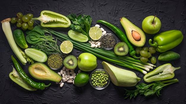 Composizione sana di frutta e verdura verde crudo.