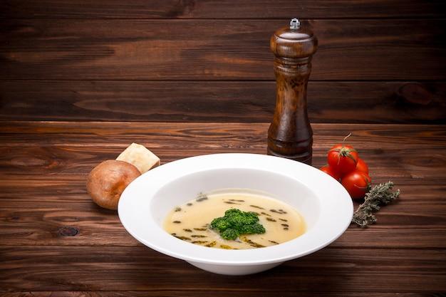 Zuppa di crema sana con patate, formaggio e cavolfiore