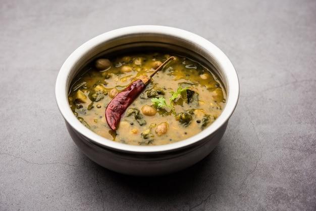 Dal palak sano o ricetta gialla di daal degli spinaci di toor conosciuta anche come patal bhaji in india, servita in una ciotola