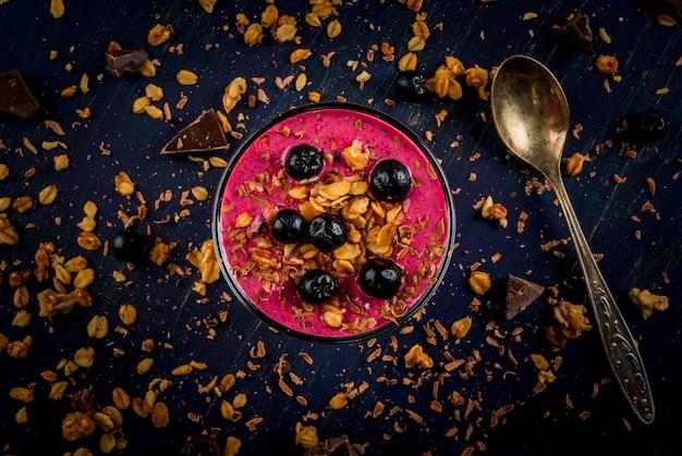 Sano dessert di yogurt, frullato di frutta