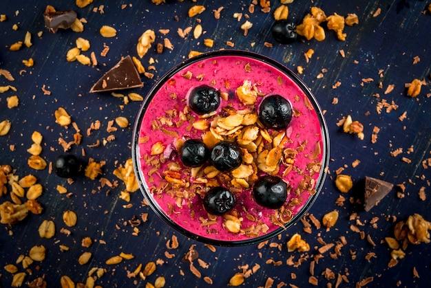 Sano dessert di yogurt, frullati, muesli, cioccolato