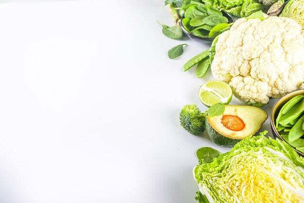 Dieta sana priorità bassa dell'alimento di primavera. assortimento di verdure verdi organiche crude fresche - broccoli, cavolfiori, zucchine, cetrioli, asparagi, spinaci, avocado, cavolo set su sfondo bianco