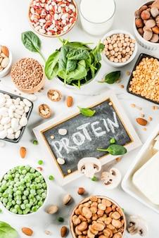 Fonti proteiche vegetali vegane di alimenti sani: tofu fagioli di latte vegani lenticchie noci latte di soia spinaci e semi