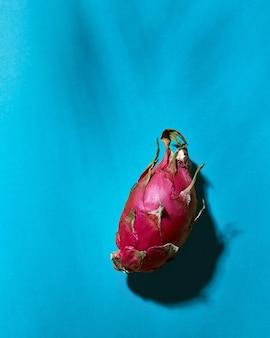 Frutti di drago sani da vicino e ombre profonde