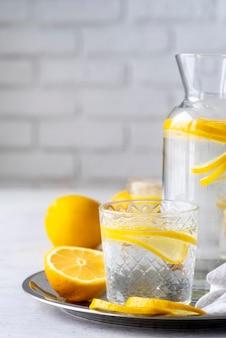 Bevanda sana con disposizione di fette di limone