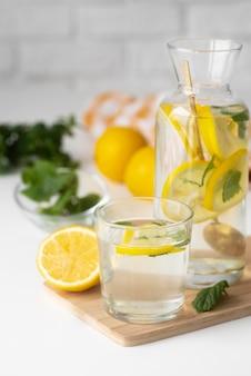 Bevanda sana con fette di limone