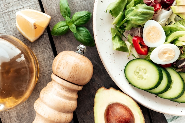 Concetto di mangiare sano laici piatta. dieta mediterranea, piatto con foglie di insalata di lattuga