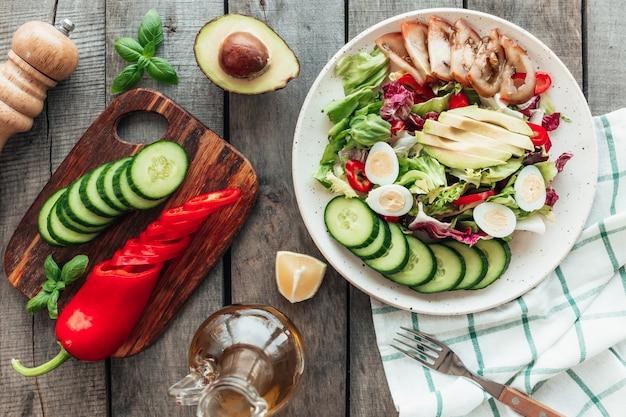 Concetto di mangiare sano laici piatta. dieta mediterranea, piatto con insalata di lattuga