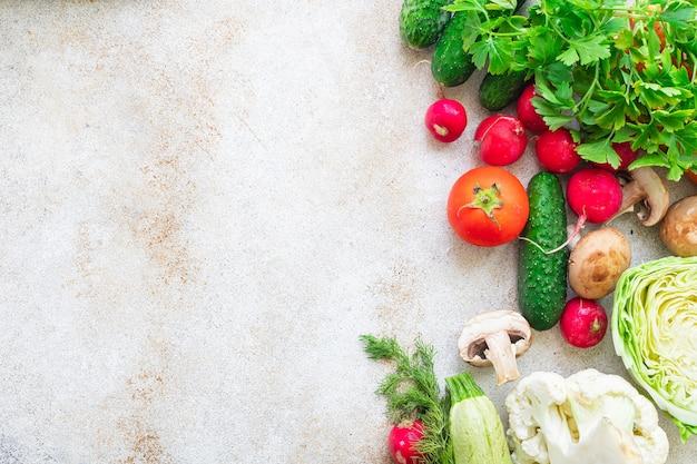 Mangiare sano verdure fresche raccogliere nuovi frutti organico sano keto o paleo dieta vegetariana vegan o cibo vegetariano