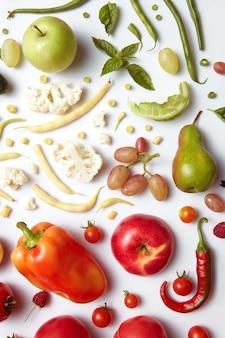 Mangiare sano tavolo diversi tipi di frutta e verdura. mangiare sano e cibo per vegani