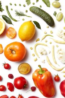 Mangiare sano tavolo diversi tipi di frutta e verdura perdita di peso, cibo per vegani e dieta sana.