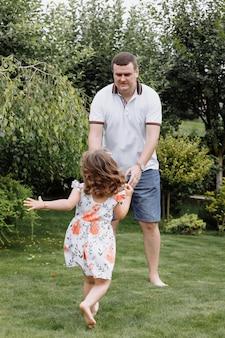 Padre e figlia in buona salute che giocano insieme