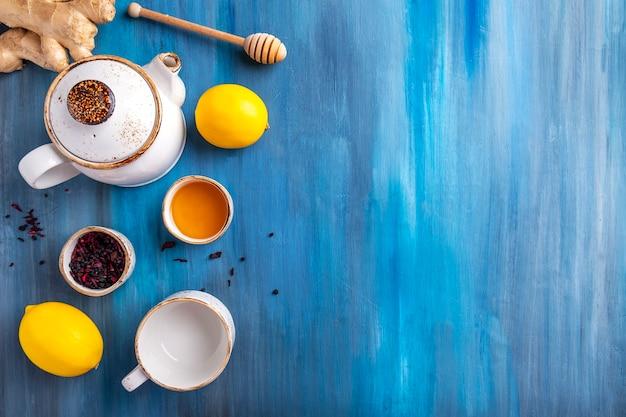 Piatto sano giaceva con miele, limone, zenzero e tè.