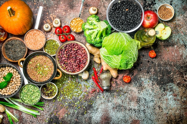 Cibo salutare. assortimento di frutta e verdura con legumi. su un tavolo rustico.