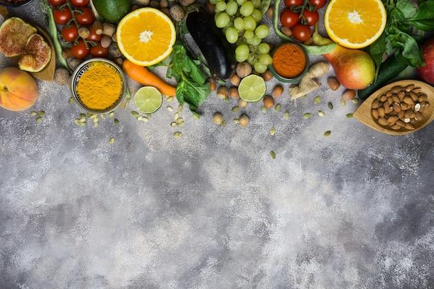 Sfondo di cibo sano, cornice di alimenti biologici. ingredienti per una cucina sana: verdura, frutta, noci, spezie.