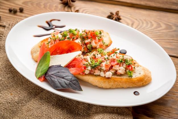 Cibo sano cibo bello e gustoso su un piatto, su un tavolo di legno Foto Premium