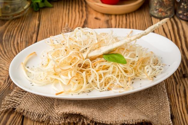 Cibo sano cibo bello e gustoso su un piatto, su un tavolo di legno