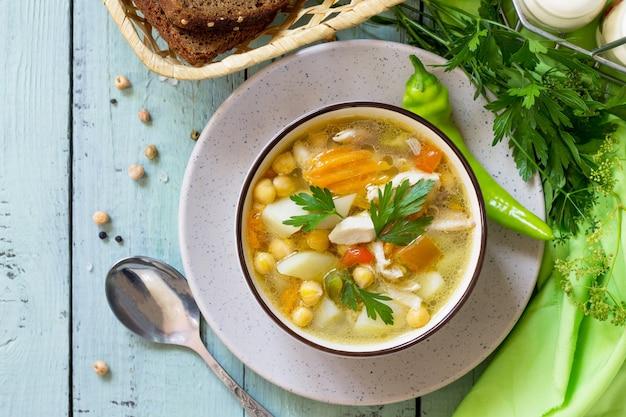 Cibo sano zuppa di pollo e ceci su un tavolo di legno menu dietetico vista dall'alto sfondo piatto