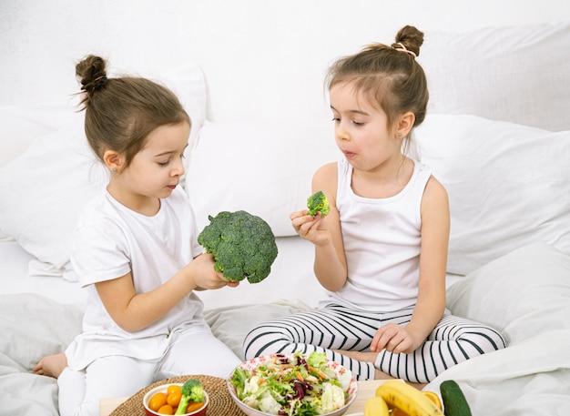 Cibo sano, i bambini mangiano frutta e verdura.