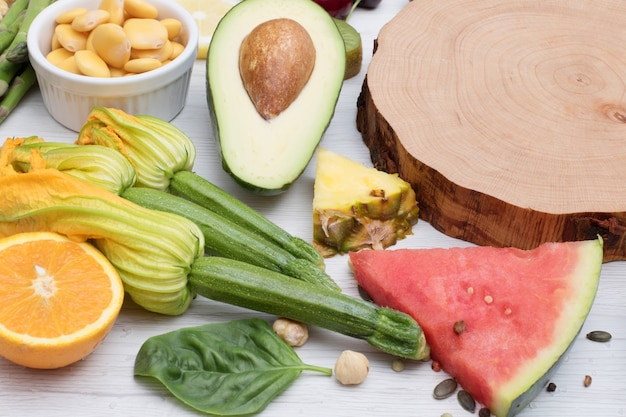 Cibo salutare. colorate e varie verdure e frutta su fondo in legno