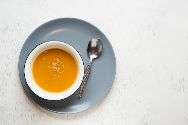 Concep e spezie dell'alimento sano in ciotola bianca - zuppa del pranzo dell'alimento del pasto del pasto biologico di dieta vegetariana casalinga fresca sana