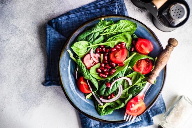 Concetto di cibo sano con insalata di foglie di spinaci biologici freschi