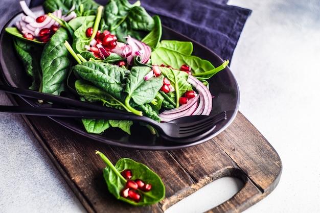 Concetto di cibo sano con foglie di spinaci biologici freschi