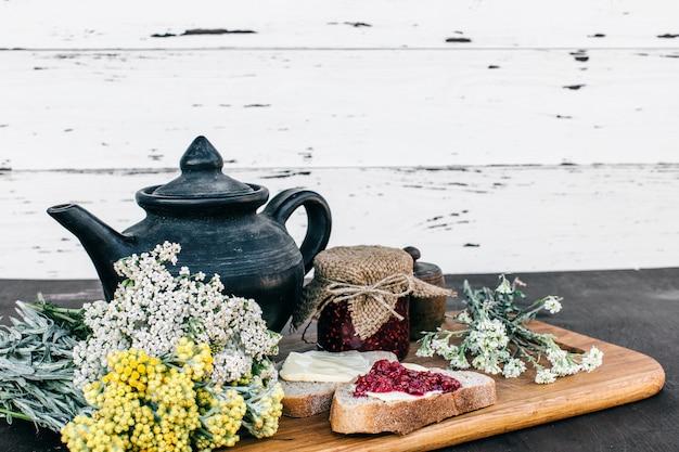 Cibo salutare. deliziosa colazione con tisane e marmellata di lamponi
