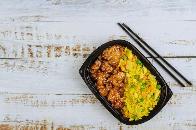 Consegna di cibo sano o pranzo da asporto in un contenitore di plastica.