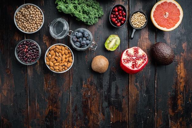 Cibo sano e concetto di dieta, vista dall'alto su sfondo di legno scuro, con spazio di copia