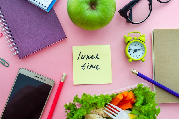 Cibo sano da asporto lunch box sul posto di lavoro durante la pausa. contenitore per alimenti al lavoro. vista dall'alto