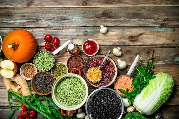 Cibo salutare. un sano assortimento di frutta e verdura con legumi.