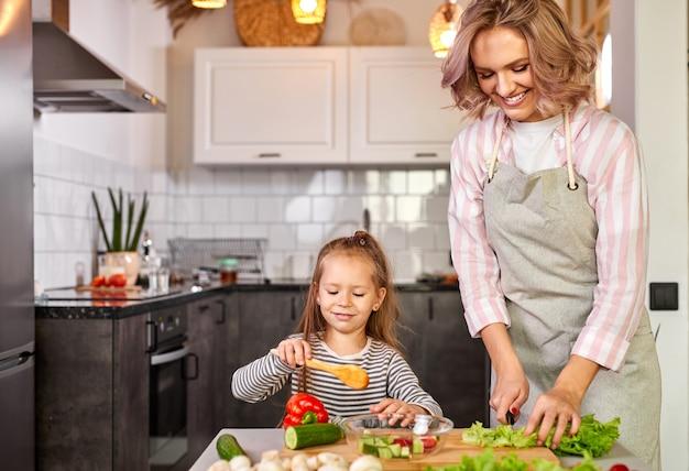 Cibo sano a casa. felice famiglia caucasica in cucina