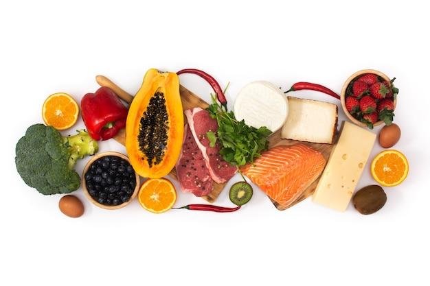Cibo sano isolato, frutta, verdura, carne e pesce. vista dall'alto