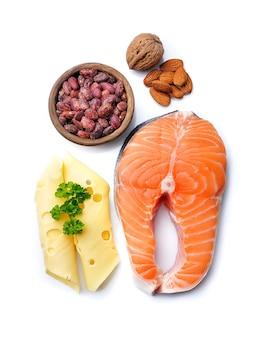 Cibo salutare. dieta chetogenica. salmone fresco, noci, fagioli, latticini isolati.