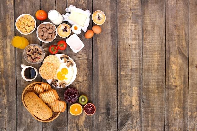 Cibo sano su fondo in legno vecchio. prima colazione. vista dall'alto. lay piatto.