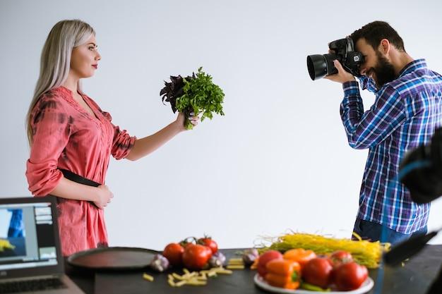 Fotografia di cibo sano lavoro di squadra studio fotografo al lavoro concept Foto Premium