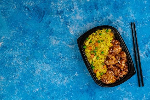 Cibo sano in un contenitore di plastica. ordinazione di cibo. cucina asiatica.