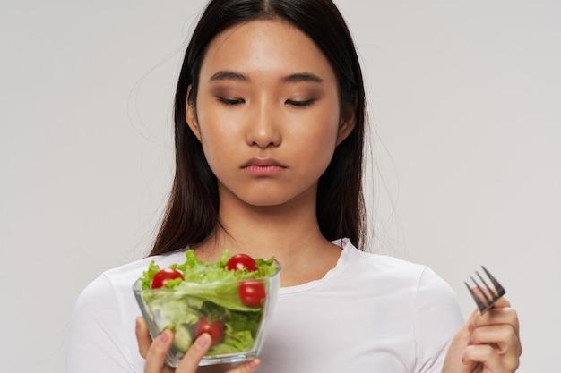 Piatto di cibo sano con stile di vita di verdure che mangia donna